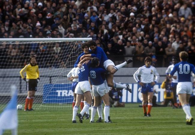Gli azzurri festeggiano un gol contro la Francia - autori.fanpage.it