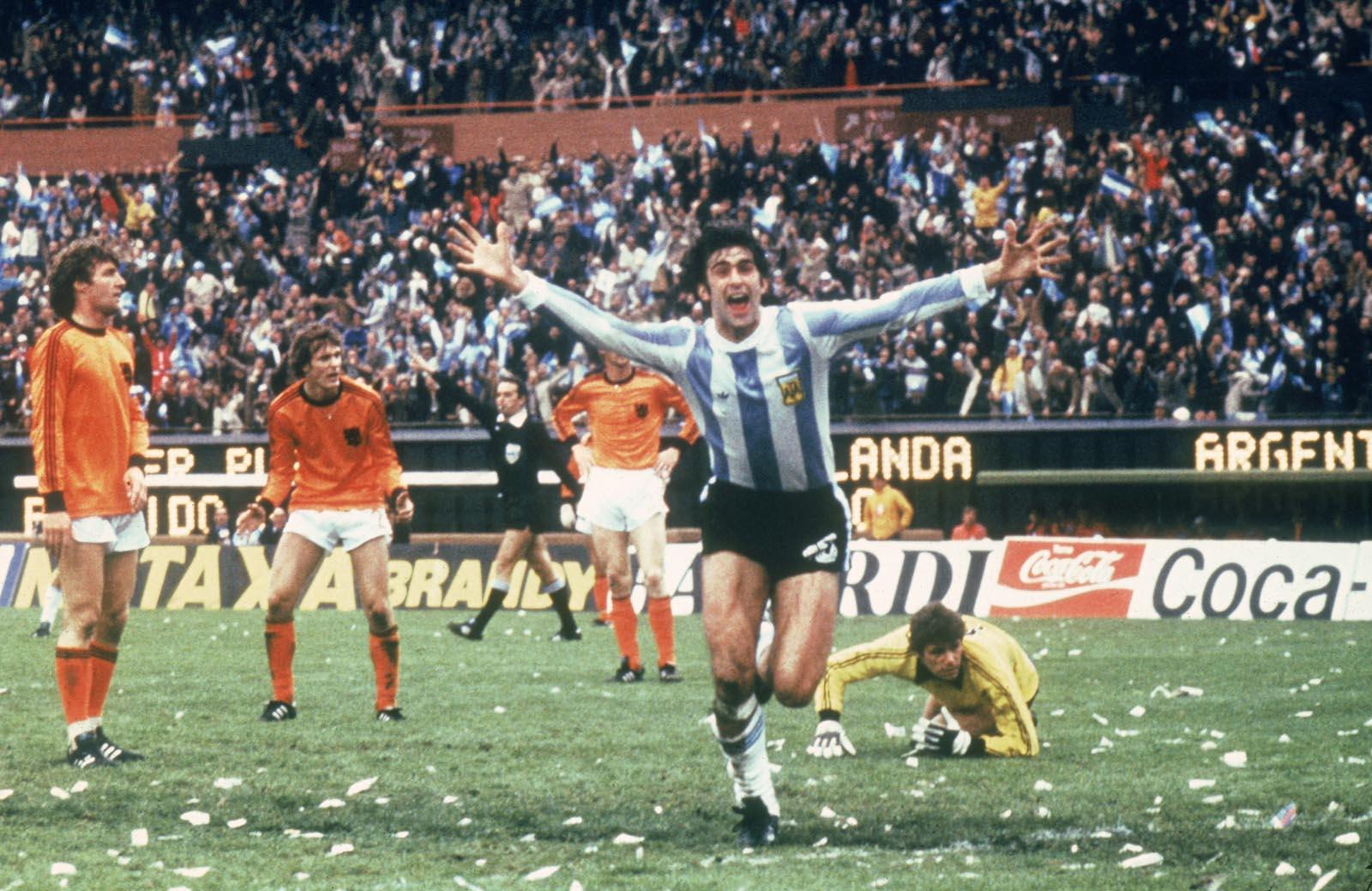 Mario Kempes esulta dopo un gol - storiedifuorigioco.altervista.org